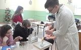 """uczniowie w trakcie zajęć """"Kółko z chemii"""""""