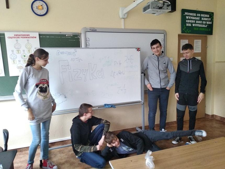 Kolejna grupa uczniów bogatsza o nową, dodatkową wiedzę z fizyki - zdjęcie w treści  nr 1