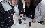 uczniowie podczas wykonywania doświadczeńw ramach projektu