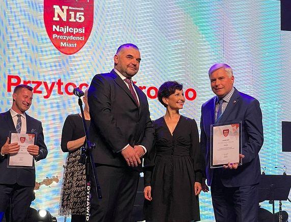 Piotr Przytocki Prezydent Miasta Krosna odbiera nagrodę w rankingu N15