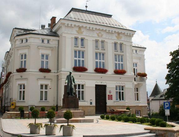 Budynek Urzędu Miasta Krosna przy u. Staszica 2 - Siedziba Rady Miasta Krosna.jpg
